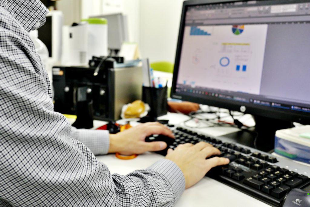パソコンで作業をする人