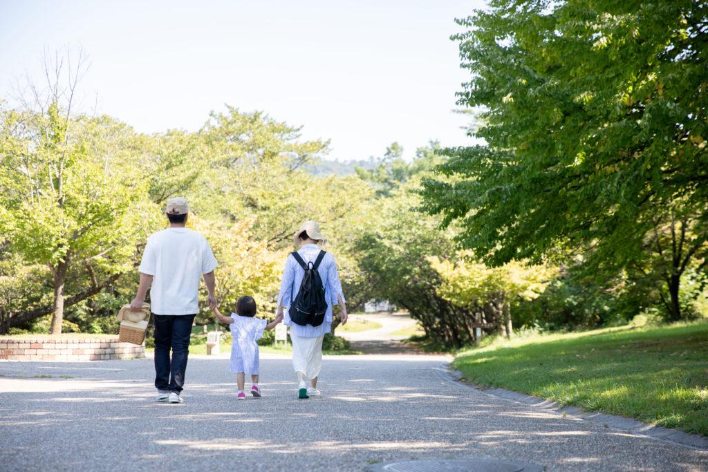 公園へお出かけする家族